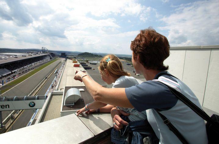 Neben der Nordschleife gibt es am Nürburgring auch die gut fünf Kilometer lange Grand-Prix-Strecke, auf der bis 2013 Formel-1-Rennen stiegen. Auf Rundgängen können Besucher unter anderem die Boxenanlagen sehen und vom Dach auf die Strecke blicken.