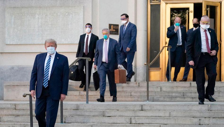 Donald Trump vor wenigen Tagen beim Verlassen des Krankenhauses in Washington.