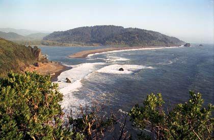 Wuchtige Wellen, eiskaltes Wasser: Wie hier an der Mündung des Klamath River präsentiert sich Kaliforniens Nordküste fast überall als Naturparadies