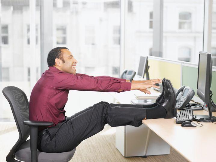 Das gibt Abzüge in der B-Note: Führen Sie die Übung lieber am Boden durch - mit durchgedrückten Knien