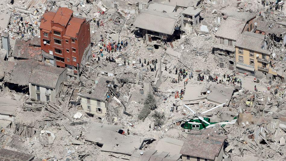 Viele Häuser im Ort Amatrice sind zerstört, mehr als 200 Menschen sollen hier ums Leben gekommen sein