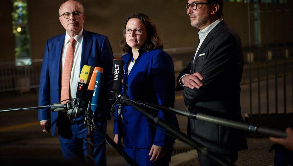 Einigung in der Nacht: Volker Kauder (v.l.n.r.) Fraktionsvorsitzender der CDU/CSU-Bundestagsfraktion, Andrea Nahles, Bundesvorsitzende der SPD und Alexander Dobrindt, Vorsitzender der CSU-Landesgruppe