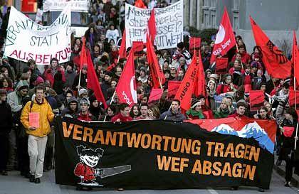 Demonstrationszug vor dem Kongresszentrum: Sprüche statt Gewalt