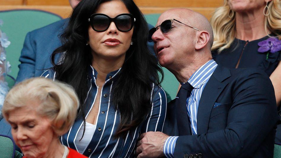 Wohin nur mit all dem Geld? Amazon-Gründer Bezos mit Lebensgefährtin Lauren Sanchez beim Tennisturnier in Wimbledon, London, im vergangenen Jahr.