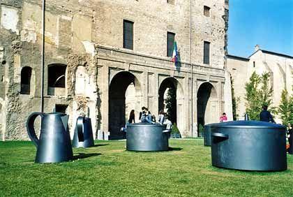 In Parma dreht sich alles um gute Küche: Auch die Skulpturen vor dem Palazzo della Pilotta zeigen, dass in der Emilia Romagna gerne gegessen wird.