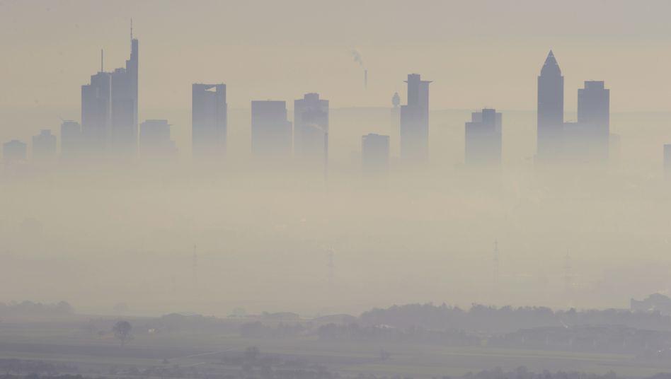 Smog über dem Bankenviertel von Frankfurt am Main