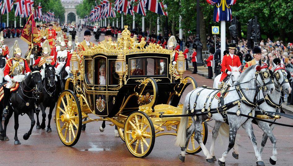 Königin Queen Elizabeth II fährt in ihrer Kutsche zum Buckingham-Palast, dessen Renovierung ...