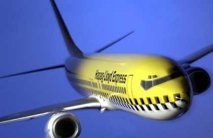Take-off: Design-Studie einer Boeing 737 im Look des Hapag-Lloyd-Express, einer Billigfluglinie des Touristikunternehmens Tui