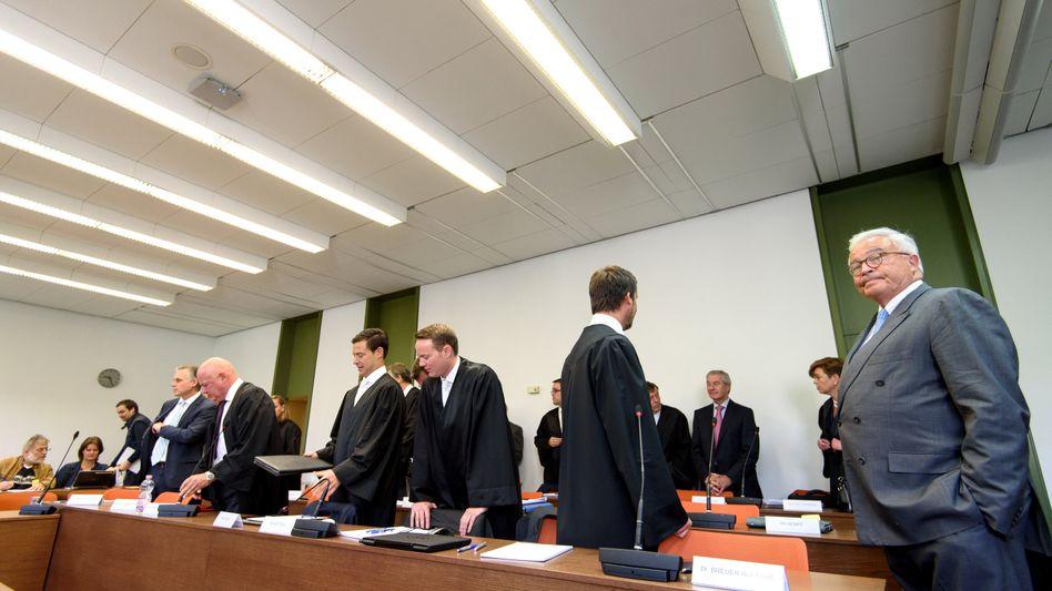 """Deutsche-Bank-Prozess im Landgericht München: """"Seit Monaten ist die Staatsanwaltschaft bemüht, Revisionsgründe zu sammeln - weil sie weiß wie dieses Verfahren enden wird, nämlich mit einem Freispruch für alle fünf Herren."""""""