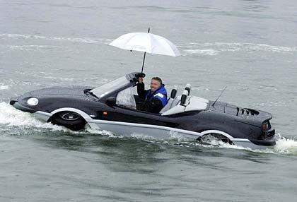 Spleenig: Richard Branson mit Regenschirm im Aquada