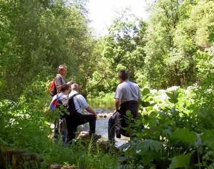 Touristen an der Wutach: Einst angelten hier englische Fliegenfischer