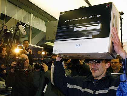 Begehrt: Spielekonsolen wie die Playstation 3 - hier der Verkaufstart im März 2007 in Berlin - finden immer mehr Anhänger