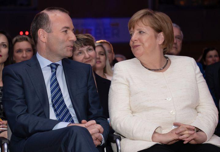 """Solidarität mit Manfred Weber um jeden Preis? Merkel (hier neben Weber) betonte mehrfach auf dem Treffen der EU-Regierungschefs, die EU auch nach der Besetzung des Postens des EU-Kommissionspräsidenten """"handlungsfähig"""" bleiben"""