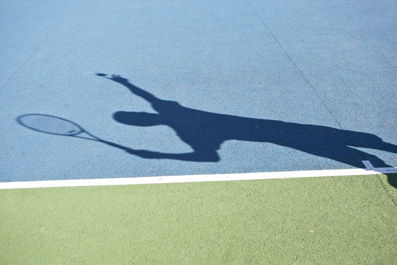 Shadow of tennis player serving ball PUBLICATIONxINxGERxSUIxAUTxONLY Copyright LaurencexMouton B388