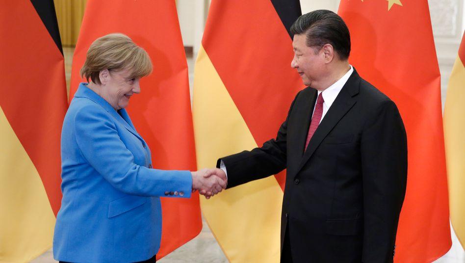 Eigentlich ganz gute Beziehungen: Deutschland-Chefin Angela Merkel mit China-Chef Xi Jinping im Mai in Peking.
