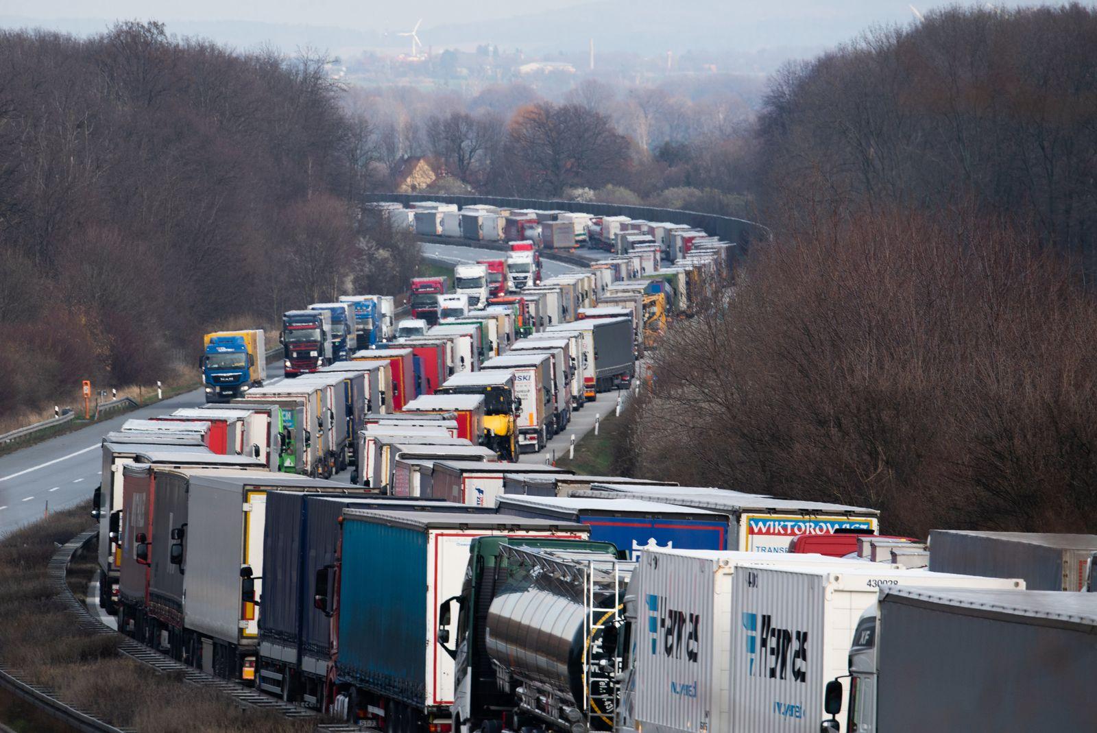 Coronavirus · Stau auf der Autobahn nach Polen