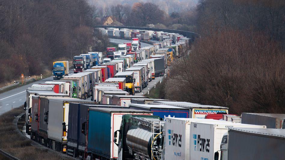 Stau und keine Ende: Verschärfte Corona-Kontrollen an deutschen Grenzübergängen hatten bereits im März 2020 zu kilometerlangen Staus geführt. Jetzt fürchtet die Autoindustrie, dass Fabriken wegen Verzögerungen und fehlender Teile zeitweilig ihre Produktion einstellen müssen.