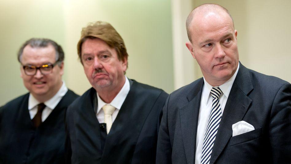 Bestreitet den Untreue-Vorwurf: Der ehemalige BayernLB-Vorstand Gerhard Gribkowsky (rechts) mit seinen Anwälten am zweiten Prozesstag