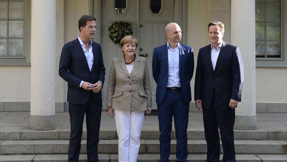 Schwierige Gespräche in Harpsund: Angela Merkel, David Cameron (rechts), Mark Rutte (links) und der schwedische Gastgeber Fredrik Reinfeld haben unterschiedliche Vorstellungen über die EU-Toppersonalie