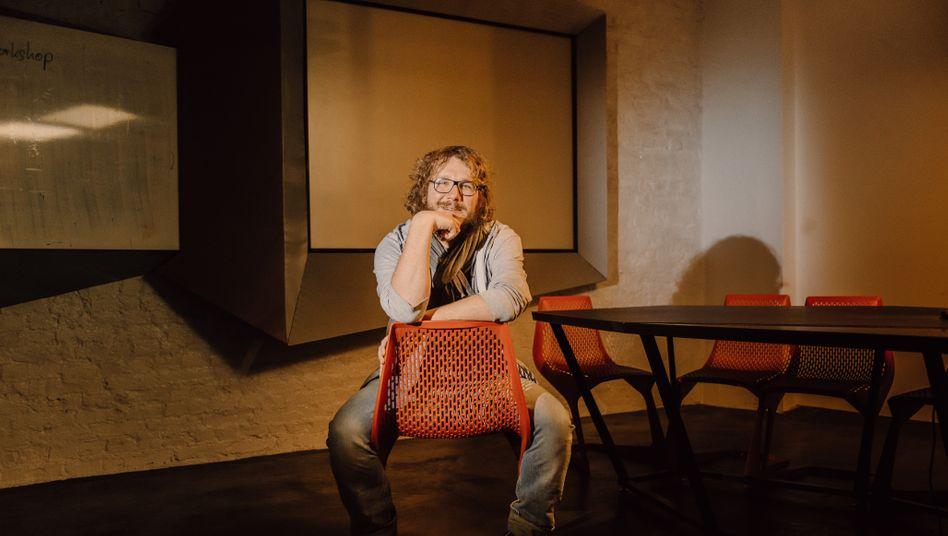 Thront: Christoph Bornschein in seiner Agentur in Berlin.