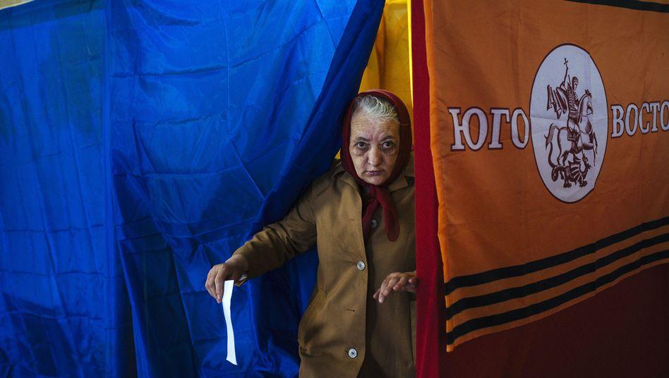 """Wählerin in der Ost-Ukraine: Die Beteiligung an dem Referendum ist """"überwältigend"""" oder """"gering"""" - je nachdem, wen man fragt"""