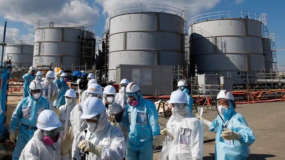 Zu Besuch in Fukuchima: Medienvertreter und Tepco-Mitarbeiter vor Behältern mit radioaktivem Wasser, rund 5 Jahre nach der Atomkatastrophe