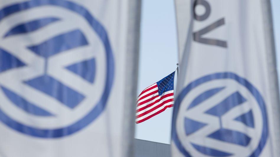 Flaggen vor einem VW-Händler in San Diego, Kalifornien