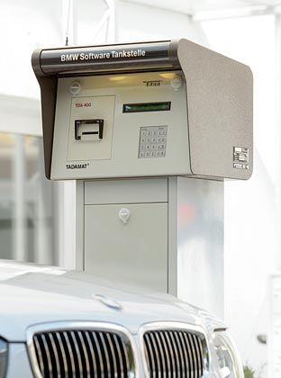 Zwischenstopp an der Software-Tanke: BMW will seine Kunden mit kostenlosen Updates für die Autoelektronik versorgen.
