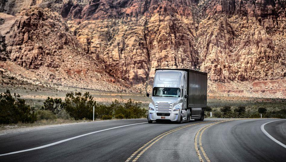 Großes Gepäck: Den Truck-Herstellern Daimler, Volvo, Iveco und DAF droht nach der EU-Strafe eine weitere Klage