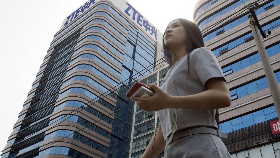 Passantin vor ZTE-Gebäude in Peking