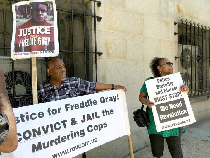 Demonstration vor Gefängnis in Baltimore, Maryland: Schwarze verstoßen bei manchen Delikten nicht häufiger gegen Gesetze, wandern dafür aber öfter ins Gefängnis