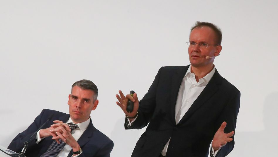 Ob er das erklären kann? Der damalige Wirecard-Chef Markus Braun (r.) neben Finanzchef Alexander von Knoop, im April 2019.
