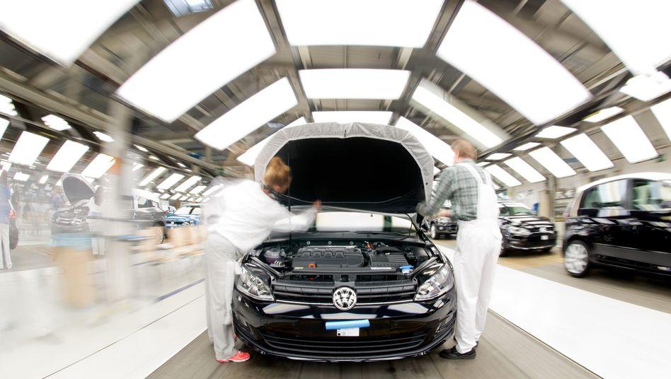 Endabnahme im Lichttunnel: Während der Spätschicht werden am Freitag keine neuen Golf VII aus dem Wolfsburger VW-Werk rollen.