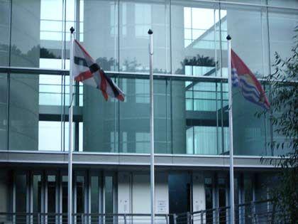 Vor dem Glaspalast: Die schwarz-weiß-rote Reedereiflagge und die Staatsflagge von Kiribati