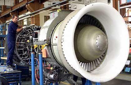 Instandhaltung: Ein Arbeiter überprüft im Werk der MTU Maintenance im brandenburgischen Ludwigsfelde eine Flugzeugturbine