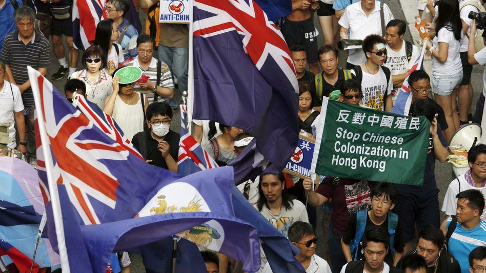 Die Botschaft der Demonstranten in Hongkong ist klar: Bis zu 1,7 Millionen gingen am vergangenen Sonntag wieder auf die Straße. Unternehmen, deren Mitarbeiter angeblich auch protestieren, spüren zusehends den Druck Pekings.