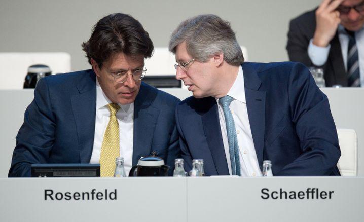 Auf der Hauptversammlung: Georg F. W. Schaeffler (r.), Aufsichtsratsvorsitzender der Schaeffler AG und Aufsichtsrat von Continental bespricht sich mit Klaus Rosenfeld, Vorstandsvorsitzender der Schaeffler AG und Aufsichtsrat von Continental