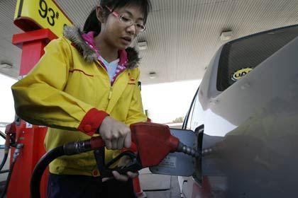 Tankwart: Ein fast schon ausgestorbener Beruf hilft Shell im schwachen Marktumfeld.