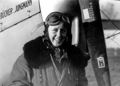 Fesche Fliegerin: Lächelnd steht Beate Uhse in Fliegermontur vor einem Flugzeug. Als 24-jährige, im Hauptmannsrang der Luftwaffe, überführte sie Jagdflugzeuge an die Front (undatiertes Archivbild).