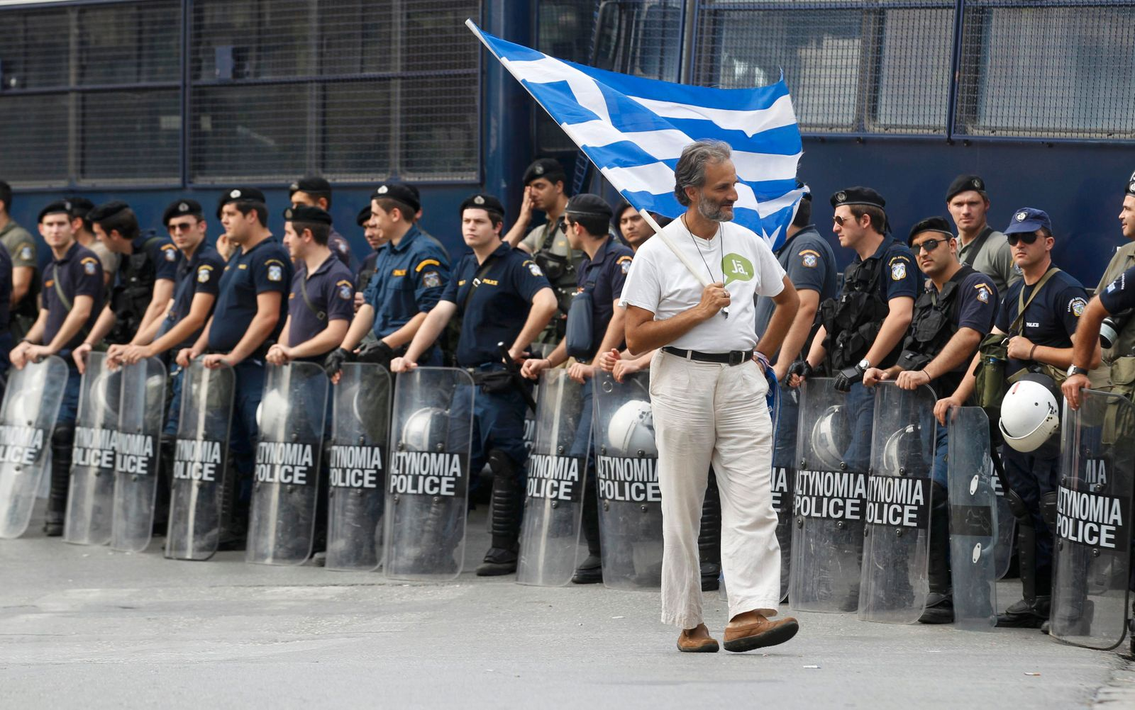 Demonstrant / Demontration / Griechenland / griechische Fahne