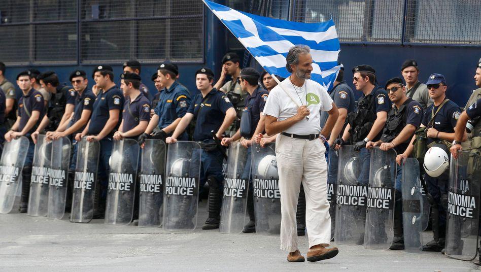 Protest in Athen: Demonstrant marschiert die Parlaments-Schutzreihe aus Polizisten und Aufbauten ab
