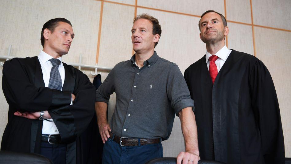 Alexander Falk (m) im Frankfurter Gericht