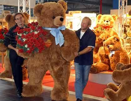 Bis zu 3,50 Meter: Vom Teddybär entstanden über die Jahrzehnte mehr als 15.000 Modelle