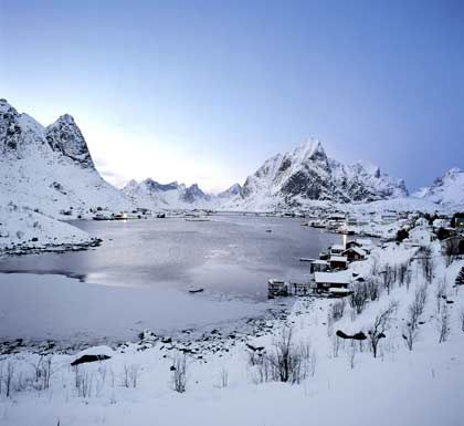 Still ruht der See: Solche winterlichen Landschaftsszenen gibt es im Norden Norwegens für Gäste auf den Hurtigruten-Schiffen häufiger zu sehen