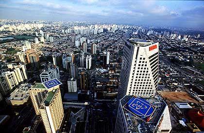 Unfähig: Die Infrastruktur in Brasilien ist eine einzige Katastrophe. Nur die Superreichen können den Stau überfliegen und - wie in der Industriemetropole São Paulo - Heliports nutzen