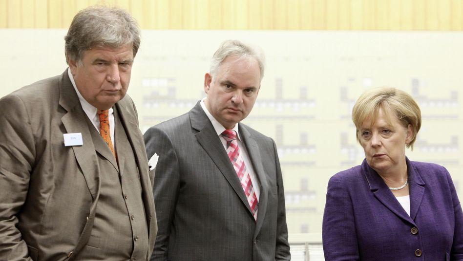 """Eon-Chef Teyssen (Mitte, mit Kanzlerin Merkel und RWE-Chef Grossmann im Atomkraftwerk Lingen): """"Man kann nicht zur Tagesordnung übergehen"""""""
