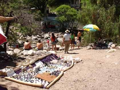 Willkommenes Geschäft: Vor dem Eingangstor zum Cerro Uritorco bieten Händler Steine und jede Menge anderer Esoterik-Utensilien zum Verkauf an