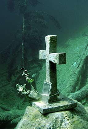 Erfahrung nötig: Im Samaranger See in Tirol können Taucher diese an ein Grab erinnernde Gedenkstätte entdecken