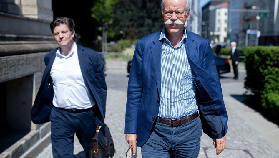 Daimler-Chef Dieter Zetsche und Eckart von Klaeden (links), Leiter der Abteilung Politik und Außenbeziehungen bei dem Autobauer, mussten am Montag erneut zum Rapport beim Bundesverkehrsminister. Das Ministerium hatte Daimler vor zwei Wochen eine Frist gesetzt, um Klarheit über das Ausmaß möglicher Manipulationen zu bekommen
