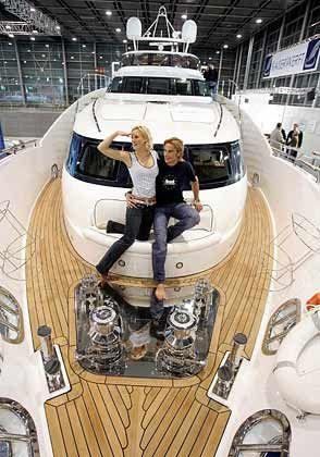 Perfect Harmony: Die Superyacht kommt aus Saal an der Donau. Mit 31 Meter Länge und 97 Tonnen Gewicht ist sie die größte und schwerste Motoryacht der Messe